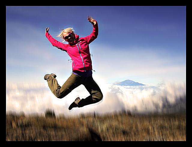 Glädje på väg uppför Kilimanjaro - iklädd supersnygga Cosmique WS active jacket